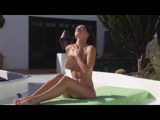 Эротика Sasha Blonde — голышом на свежем воздухе продемонстрирует стриптиз